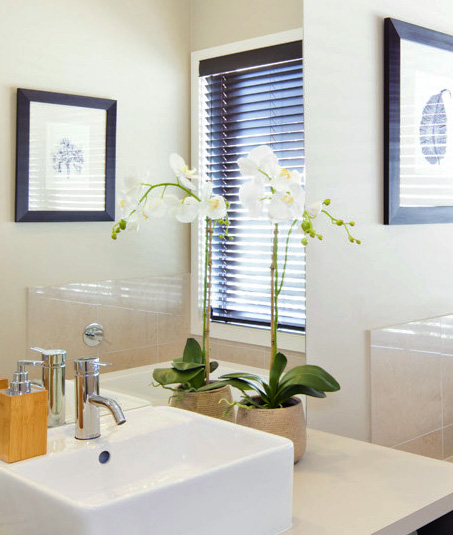 Example of using flowers in bathrooms in Hstudios' guide to Preparing Your Home for Photos